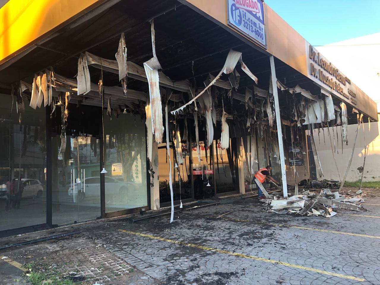 Motocicleta é incendiada e fogo atinge três lojas no Centro de Rio Branco - Notícias - Plantão Diário