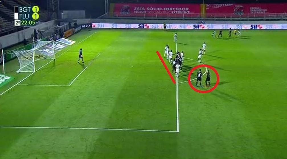 Desatenções no gol de empate: cobrança rápida da falta e vários jogadores sem marcação para atacar a bola — Foto: Reprodução / TV Globo