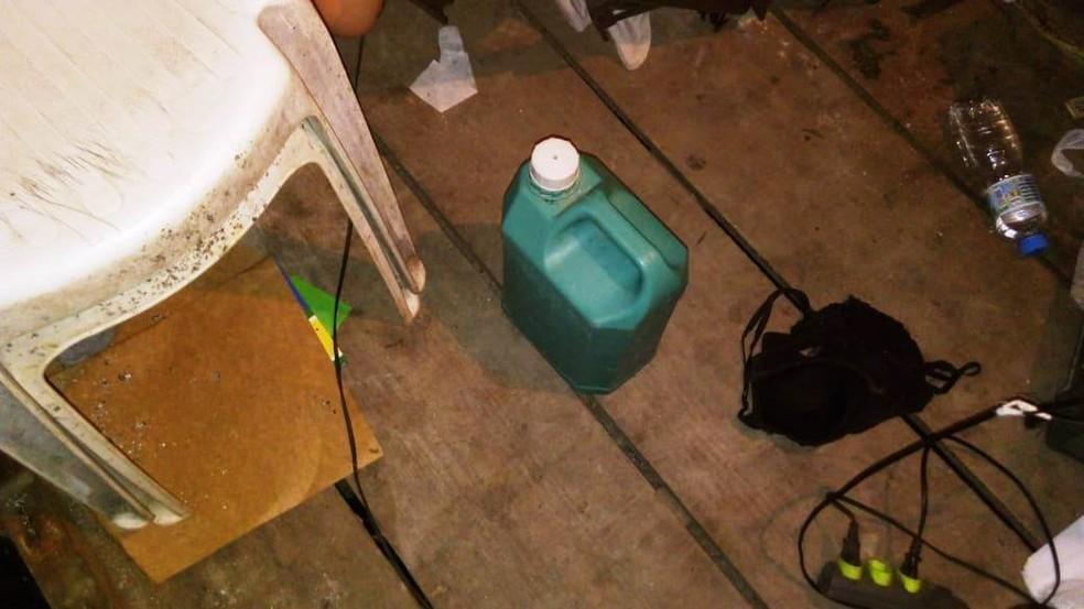 Vítima estava amarrada ao lado de galão de combustível em cativeiro — Foto: Divulgação/Baep