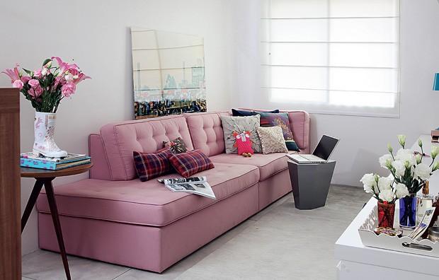 Na sala projetada pelo escritório Arquitetura Paralela, o sofá rosa é o destaque. Sem braços, ainda vira cama para hóspedes (Foto: Evelyn Müller / Casa e Jardim)