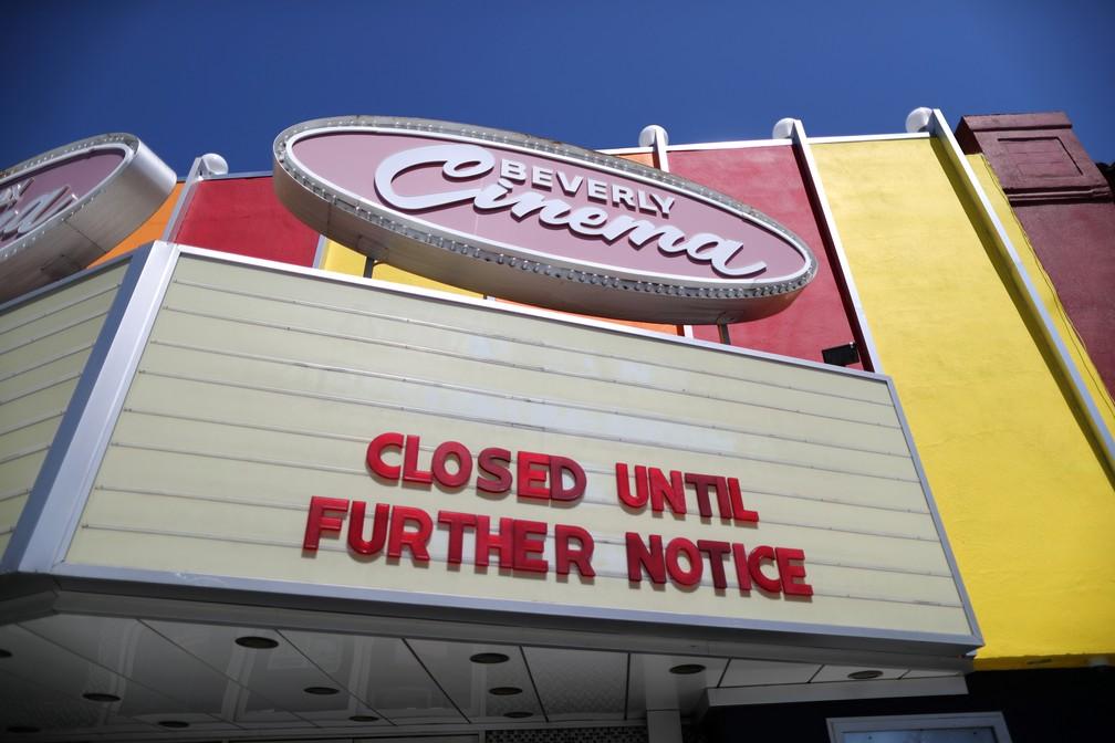 Cinema em Los Angeles fechado por tempo indeterminado por causa do novo coronavírus, em foto de 15 de abril — Foto: Lucy Nicholson/Reuters