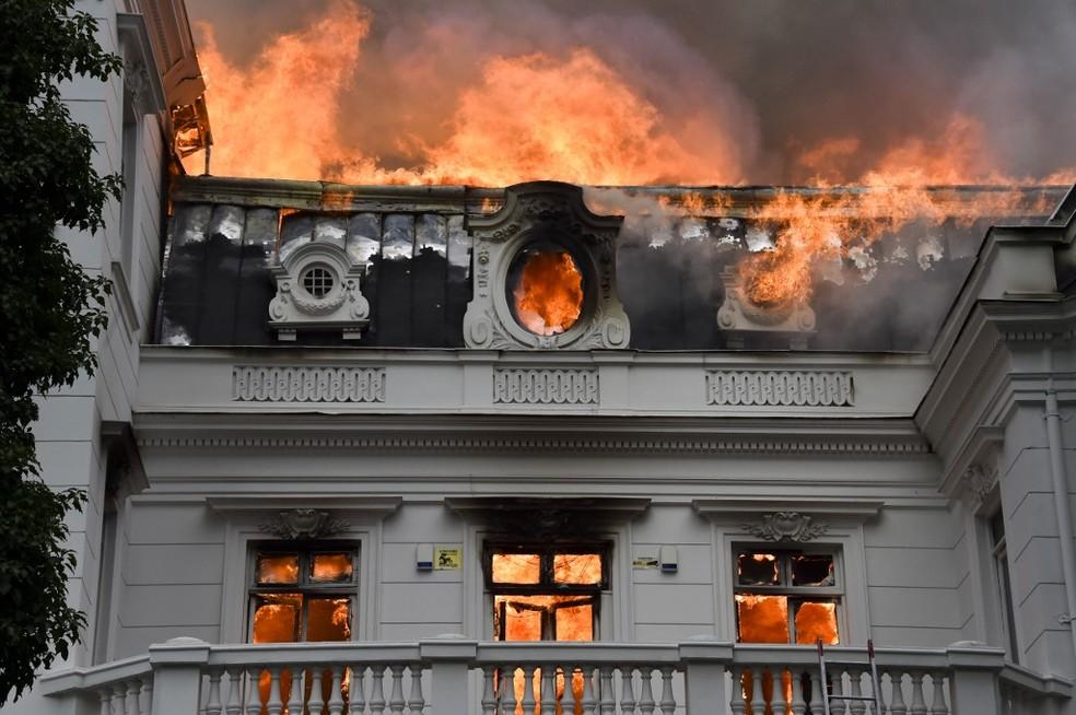 Sede de universidade em Santiago, no Chile, sofre incêndio durante protestos desta sexta-feira (8) — Foto: Esteban Felix/AFP