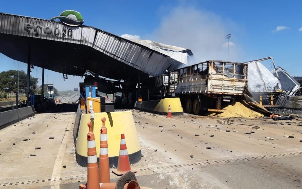 Acidente com duas carretas destrói praça de pedágio e interdita a BR-050, Campo Alegre de Goiás — Foto: Divulgação/PRF