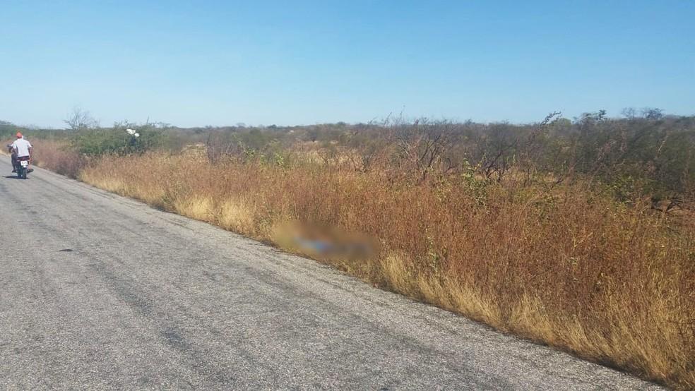 Corpo foi encontrado na marginal da RN-233, entre Caraúbas e Campo Grande — Foto: PM/Divulgação