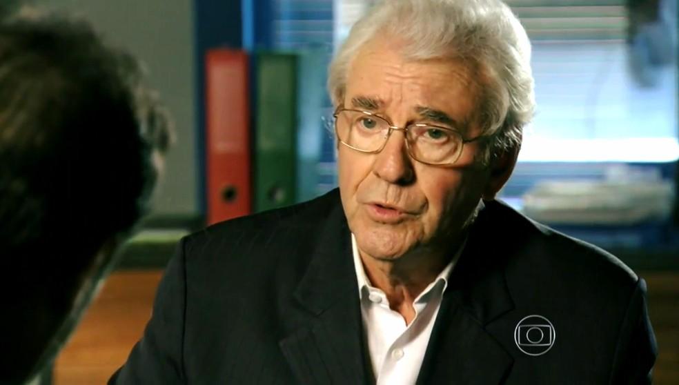 Samuel (Juca de Oliveira) diz ao delegado que Dionísio (Sérgio Manberti) quis matá-lo - 'Flor do Caribe' — Foto: Globo