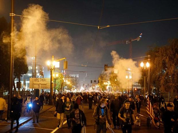 Fumaça é vista durante protesto contra a eleição de Donald Trump, na quinta-feira (10), em Portland, no Oregon (Foto: William Gagan/Reuters )
