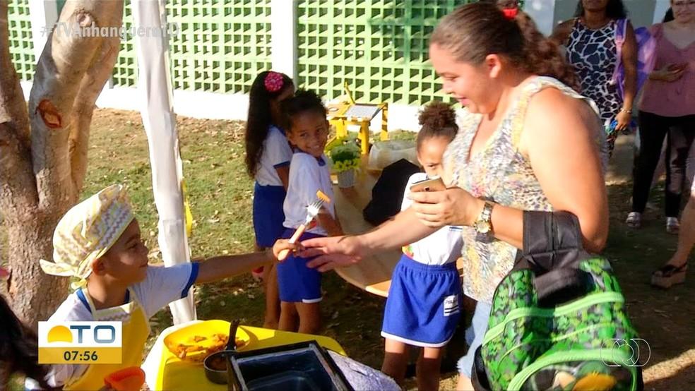 Alunos cozinham abóbora durenta feira de ciências — Foto: Reprodução/TV Anhanguera