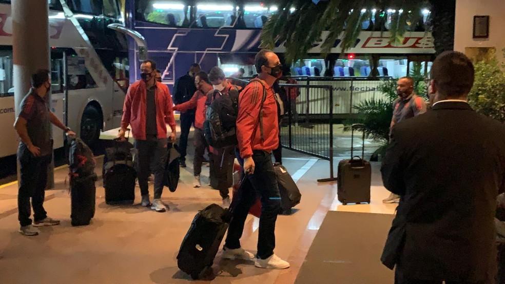 Rogério Ceni chegada do Flamengo a hotel em Buenos Aires — Foto: Raphael Sibilla