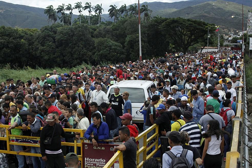 Ponte que liga San Antonio del Táchira, na Venezuela, a Villa Del Rosario, do lado colombiano, se tornou símbolo do êxodo de venezuelanos — Foto: Carlos Eduardo Ramirez/Reuters