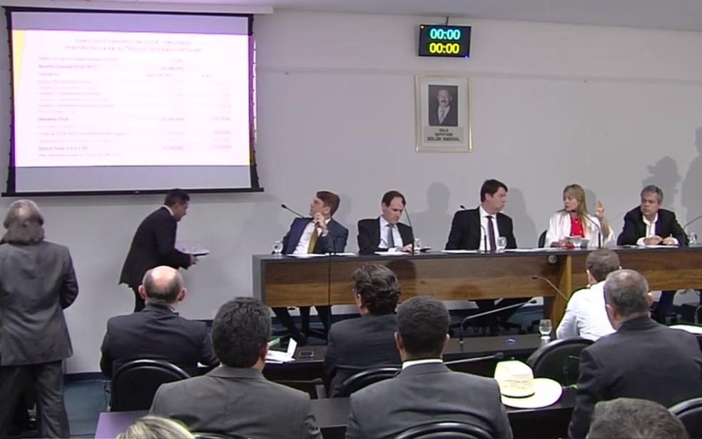 Secretária apresenta balanço das finanças do estado de Goiás — Foto: Reprodução/TV Anhanguera