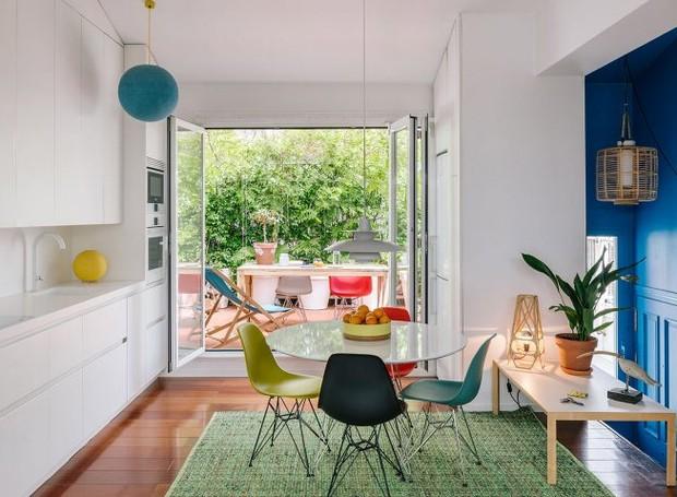 A cozinha é compacta, com bancada de Corian branco, mesmo material que aparece no banheiro. Uma área livre de cerca de 10 m² foi transformada em varanda (Foto: Imagen Subliminal/Reprodução)