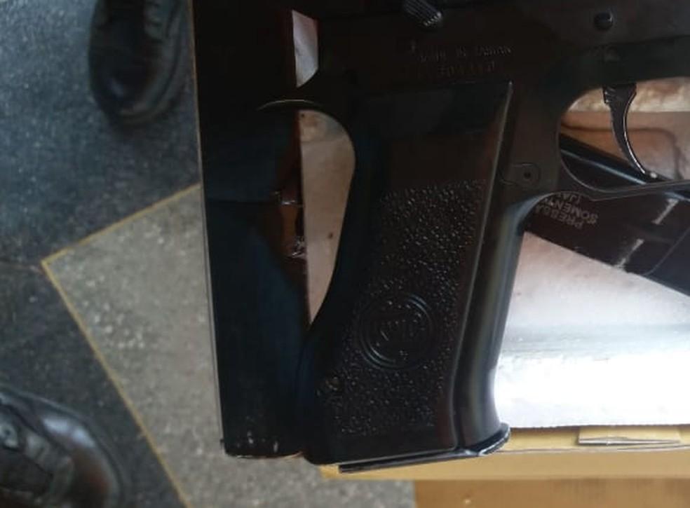 O aluno e a arma foram levados à delegacia da Polícia Civil — Foto: Polícia Militar de Mato Grosso