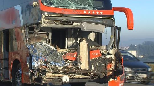 Acidente entre ônibus e caminhão deixa dois mortos na Castelinho em Sorocaba