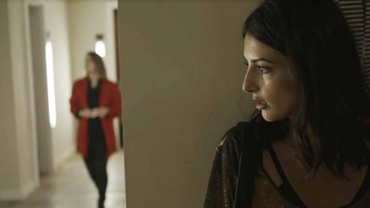 Camila segue os passos de Dalila após vê-la saindo do quarto de Paul