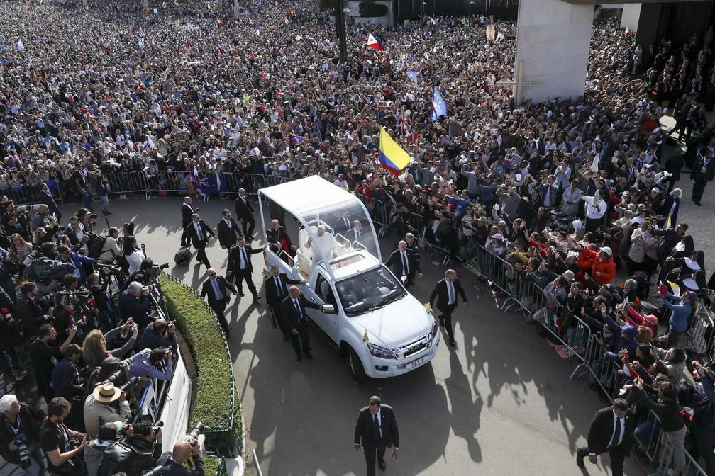 Papamóvel percorre Fátima nesta sexta-feira (12) (Foto: Andre Kosters/Reuters)