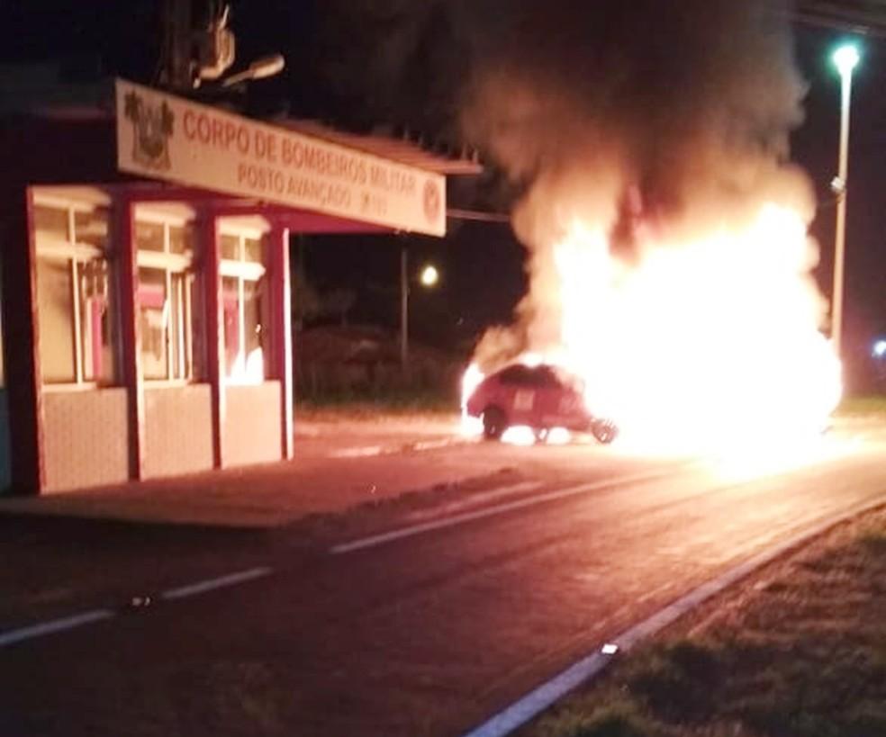 Base do Corpo de Bombeiros da BR-304, em Mossoró, foi alvo de criminosos; uma ambulância e um carro da corporação foram incendiados (Foto: CBM/Divulgação)