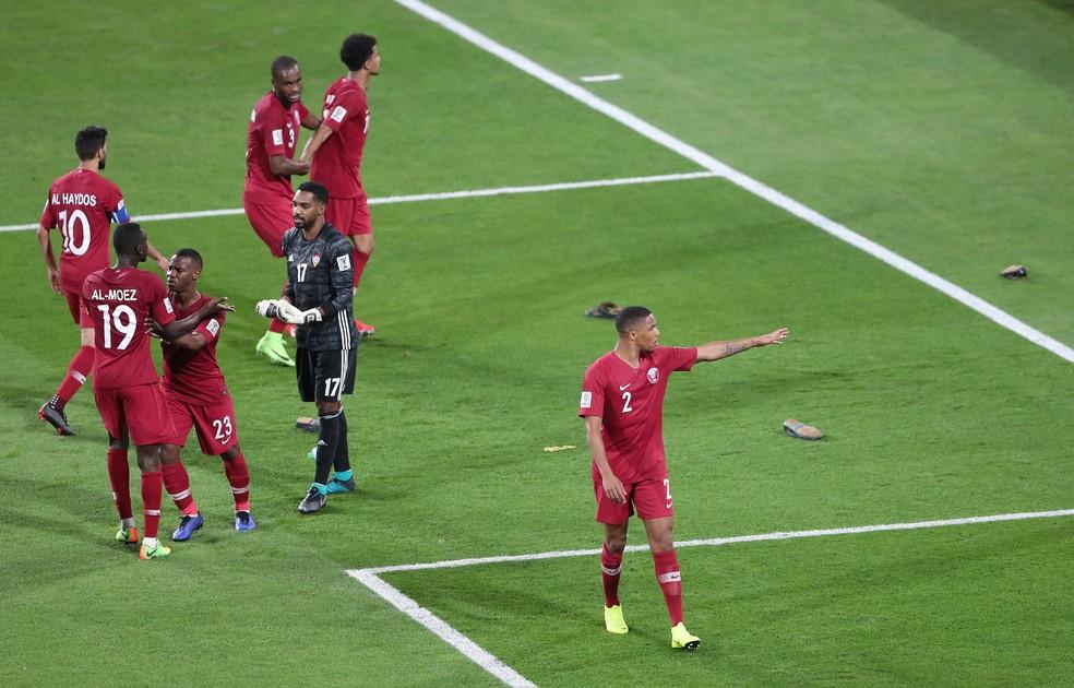 Jogadores do Catar reclamam com torcedores dos Emirados Árabes, em Abu Dhabi, que atiraram sapatos em campo, em jogo de 2019: cataris não eram aceitos no país — Foto: Reuters