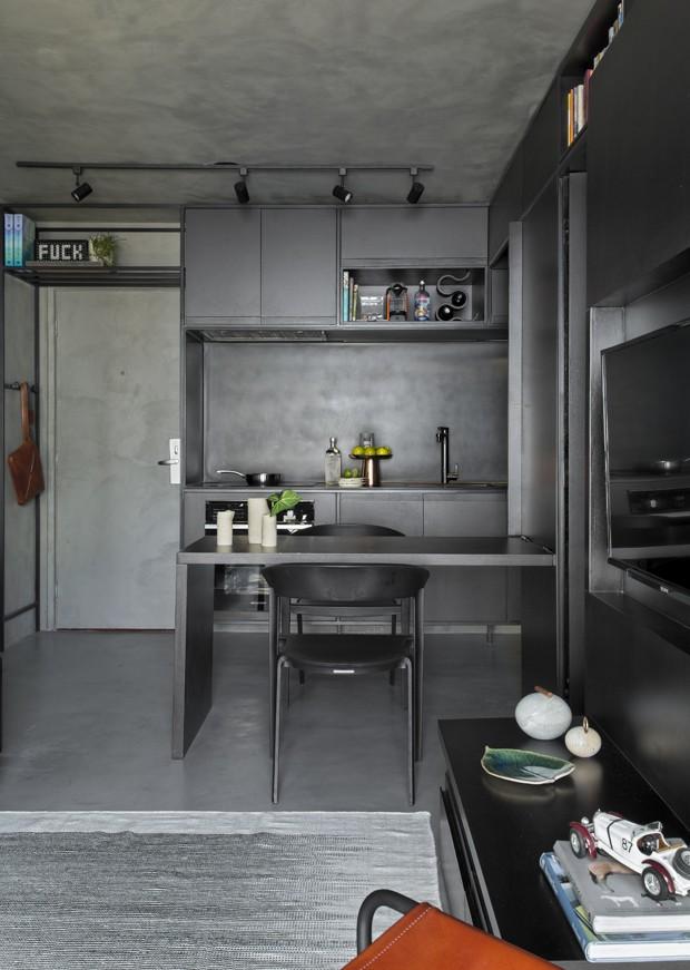 Apartamento integrado de 40 m² ousa nos tons escuros (Foto: Evelyn Müller)