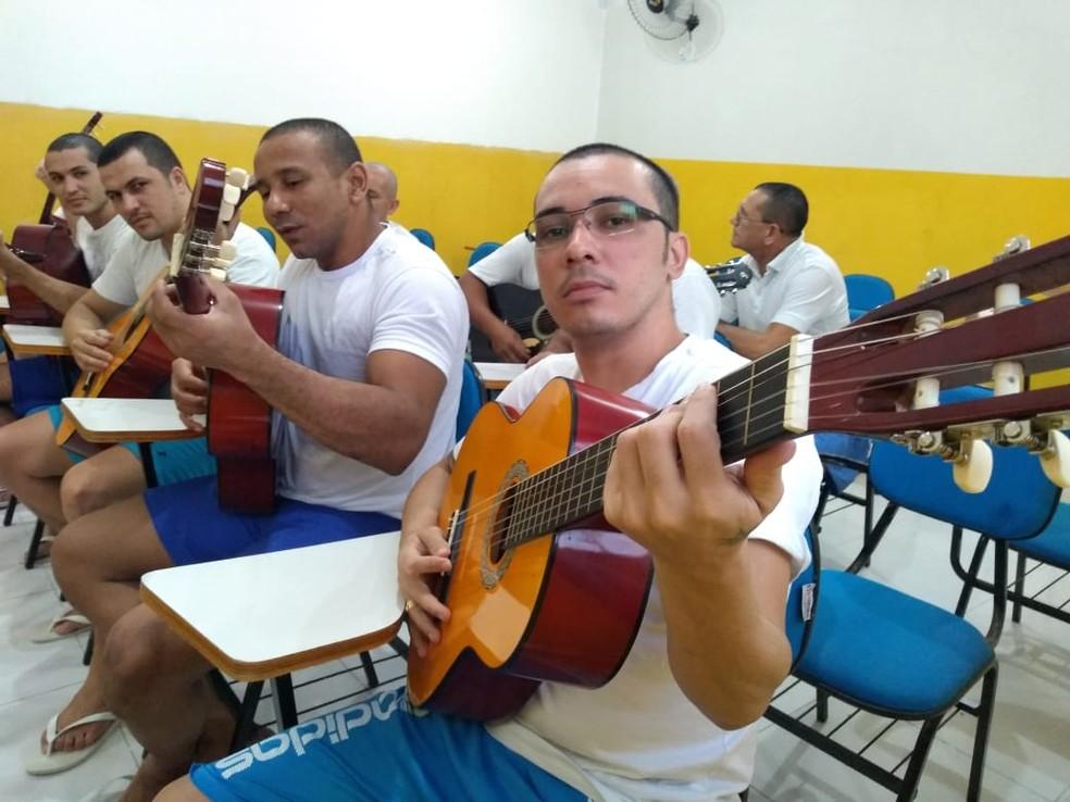 Presos fazem aulas no  — Foto: Divulgação