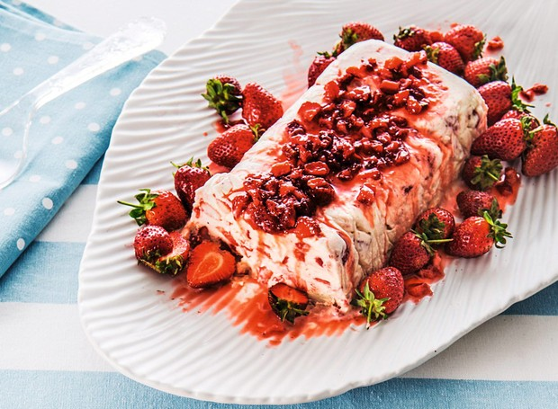 Bolo de sorvete com morango e suspiro (Foto: StockFood /Great Stock!)