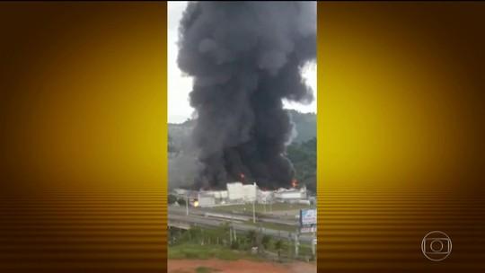 Incêndio destrói galpão às margens da Fernão Dias em Atibaia, SP