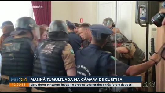 Servidores municipais tentam invadir a Câmara de Vereadores de Curitiba