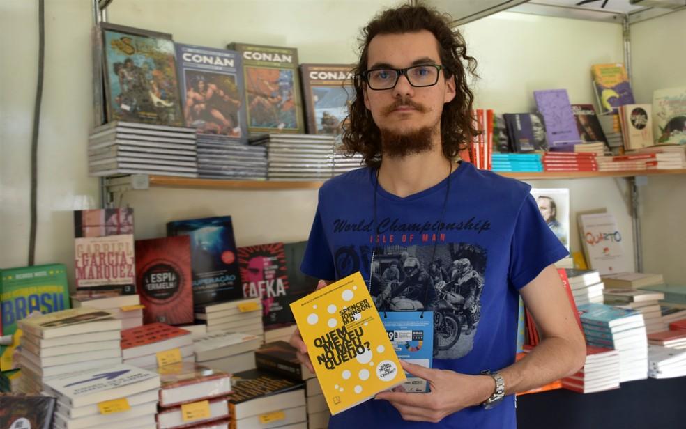 Motivacional: professor de português recomenda 'Quem mexeu no meu queijo?' durante a Feira Nacional do Livro de Ribeirão Preto (SP) — Foto: Pedro Martins/G1