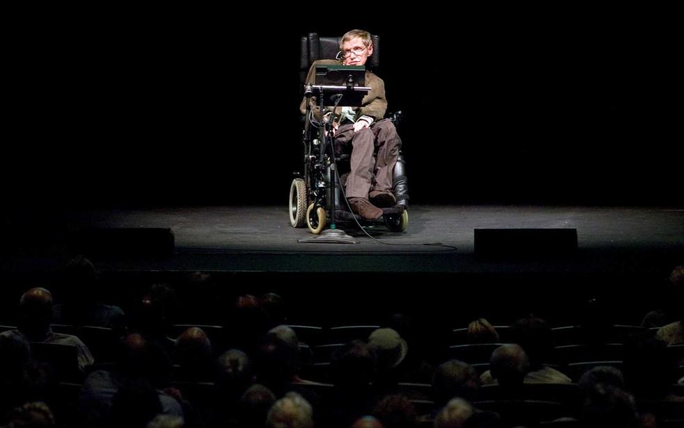 Stephen W. Hawking discute teorias sobre a origem do universo em uma palestra em Berkeley, Califórnia, em 13 de março de 2007 (Foto: Kimberly White / Arquivo / Reuters)