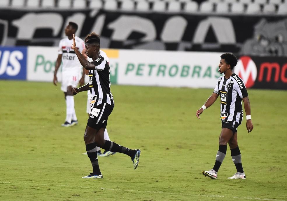 Gol do Bota começou com Warley e terminou em Babi — Foto: André Durão