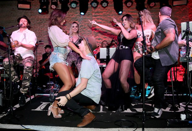 Gabi e Teo Teló dançam juntinhos (Foto: Manuela Scarpa/Brazil News)