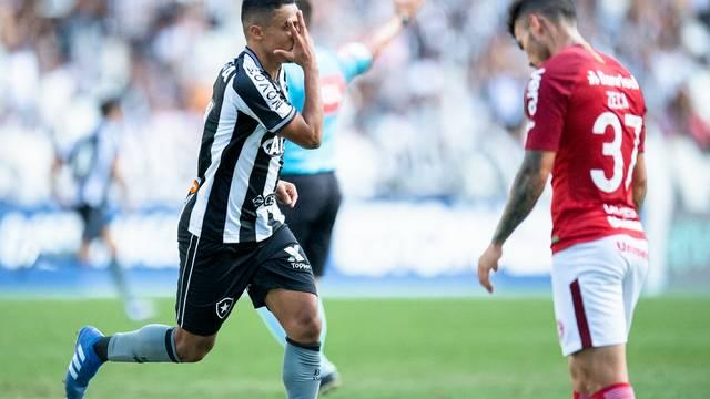 Erik festeja gol em frente ao lateral Zeca