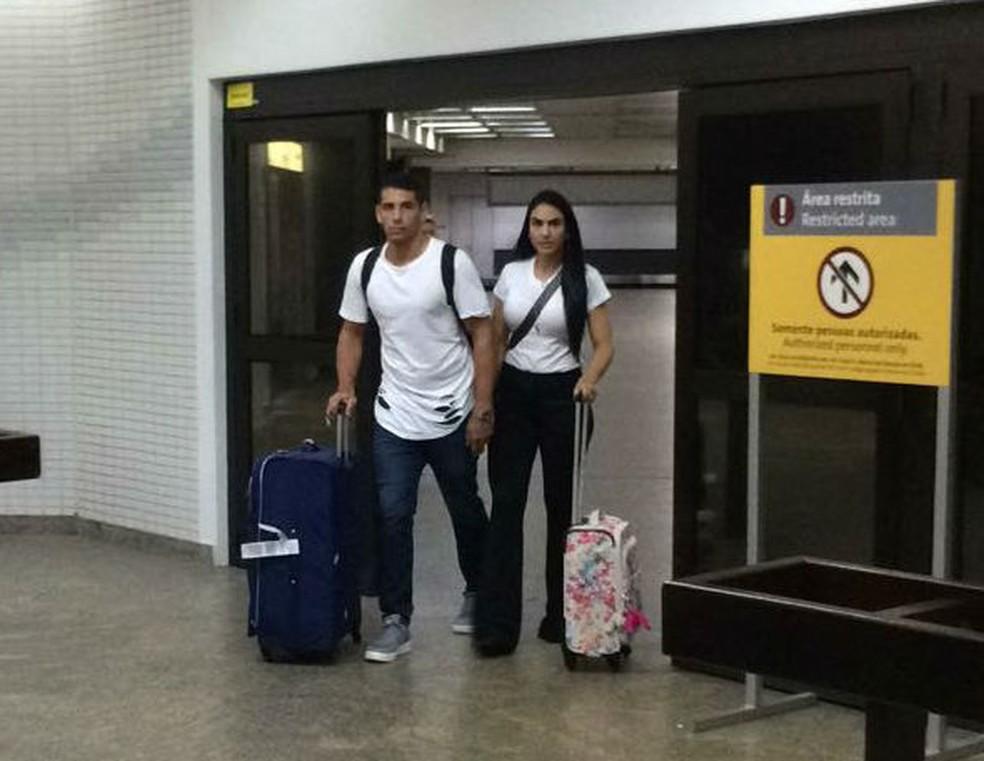 Diego Souza desembarca em Guarulhos  com a esposa (Foto: Leandro Canônico)