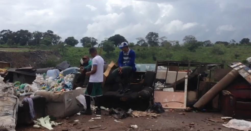 Em Carpina, na Zona da Mata Norte de Pernambuco, catadores trabalham em lixão (Foto: Wagner Sarmento/ TV Globo)