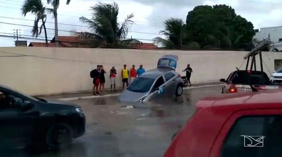 Buraco foi engolido por cratera na Rua das Cegonhas no bairro Olho D'Água em São Luís. — Foto: Reprodução/TV Mirante
