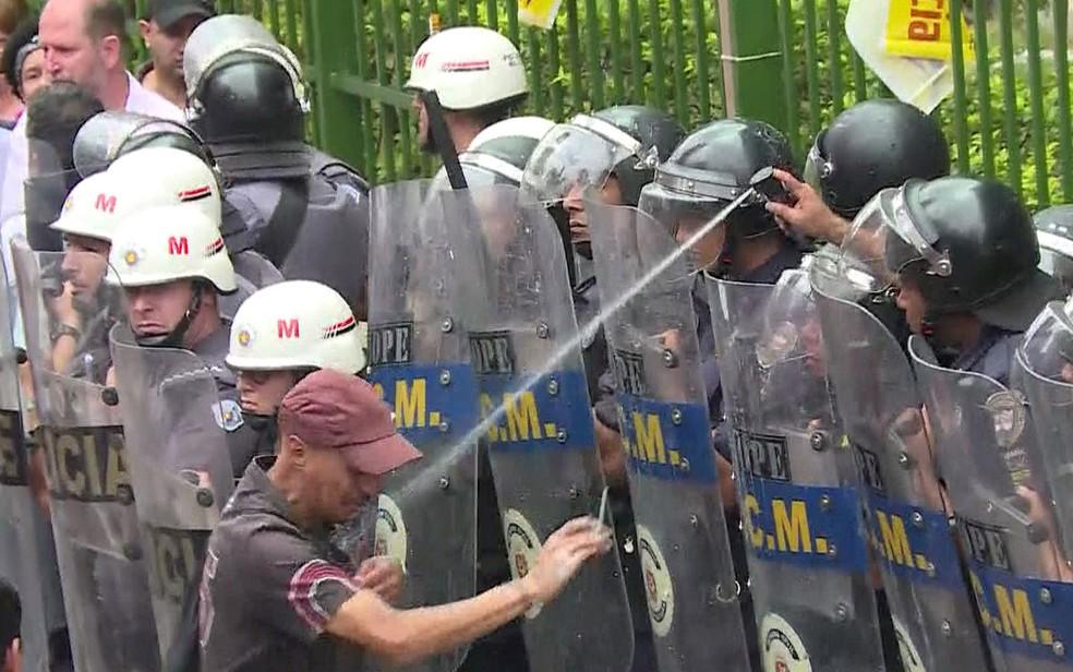 GCM usa spray de pimenta contra servidor durante protesto em frente à Câmara  — Foto: Reprodução/TV Globo