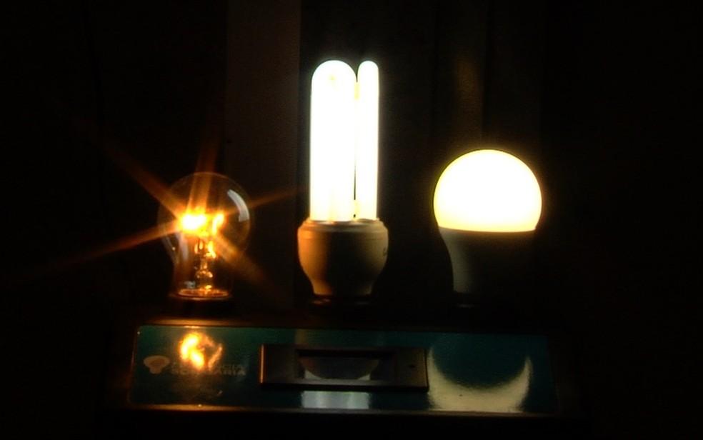Projeto troca lâmpadas velhas por novas com mais eficiência — Foto: Reprodução/TV Anhanguera