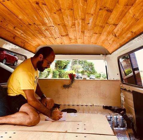 Casais montam motorhomes em Kombis para viajar com comodidade e liberdade thumbnail