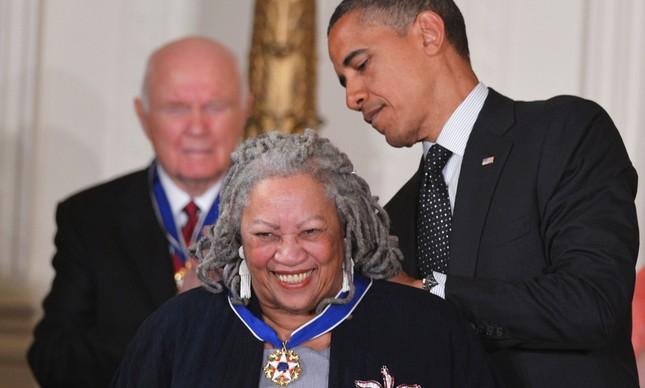 Toni Morrisson recebe das mãos do então presidente dos EUA, Barack Obama, a Medalha da Liberdade, honraria entregue no salão oeste da Casa Branca, em 2012