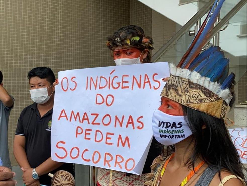 Indígenas foram à porta do hospital de referência de Manaus para protestar — Foto: Carolina Diniz