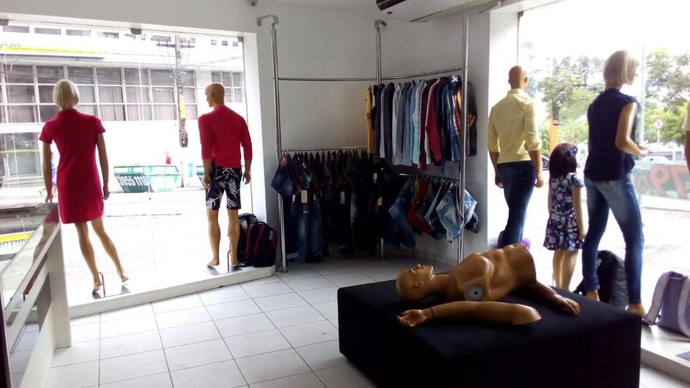 Assaltantes roubaram roupas e quebraram manequins em loja no centro de Campina Grande nesta quarta-feira (13). (Foto: Felipe Valentim/TV Paraíba)
