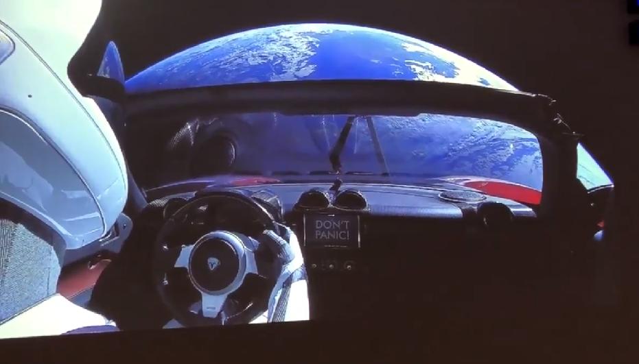 Painel do Tesla com a frase 'Don't Panic!'  (Foto: Reprodução/Twitter)