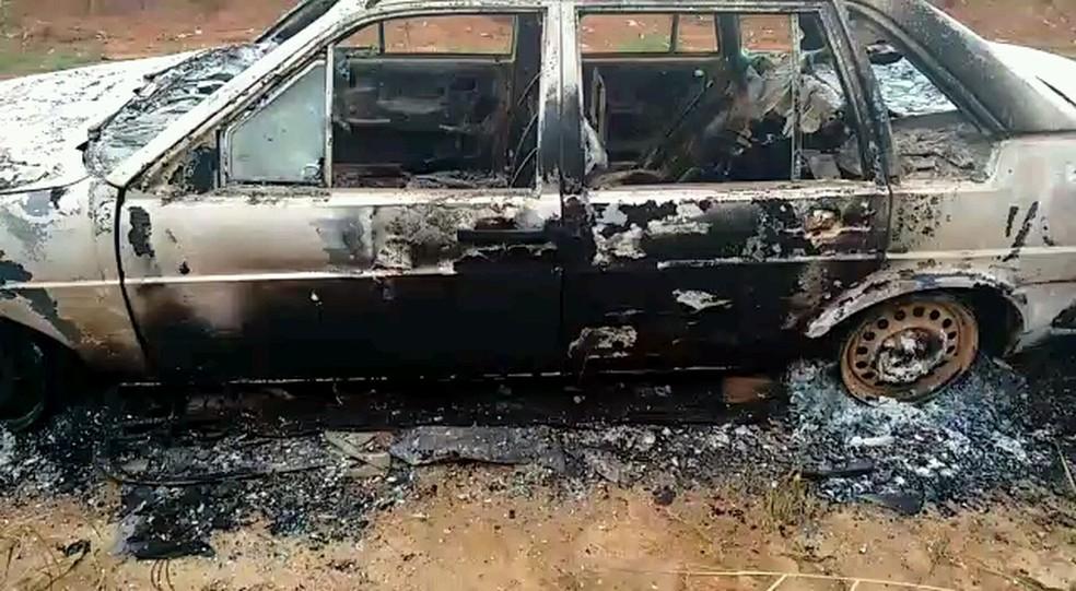 Corpo foi achado queimado dentro de carro (Foto: Veja Notícias/Reprodução)