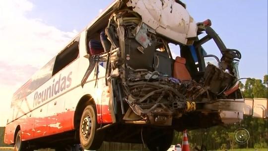 Acidente entre ônibus e caminhão de cana deixa um morto e dezenas de feridos