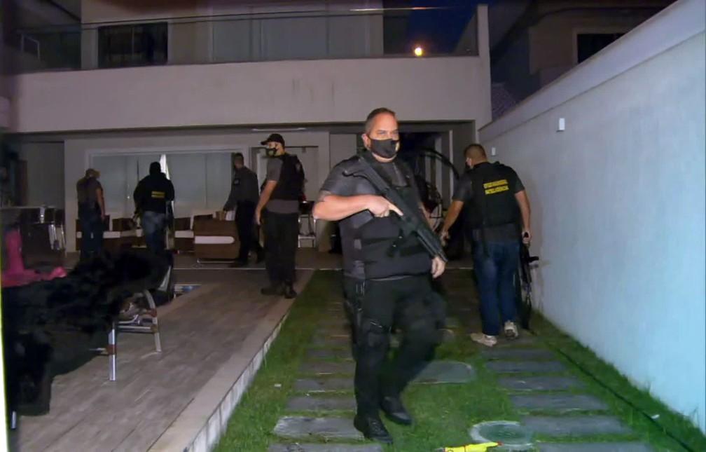 Policiais cumprem mandado na casa do bombeiro Maxwell Simões — Foto: Reprodução/TV Globo
