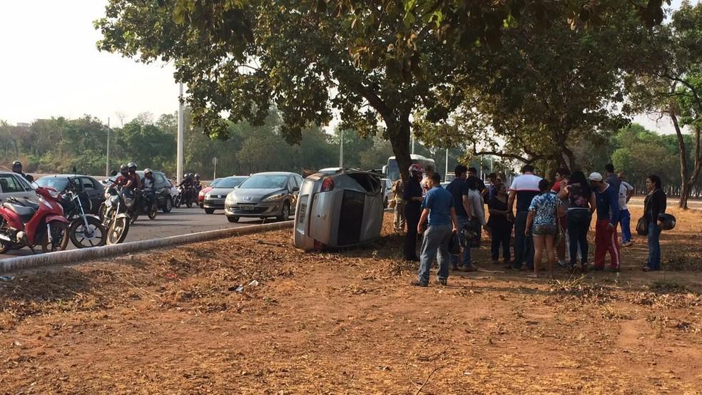 Após se chocar com outro carro, veículo bateu em pé de pequi e capotou (Foto: Marcela Pinheiro/Divulgação)
