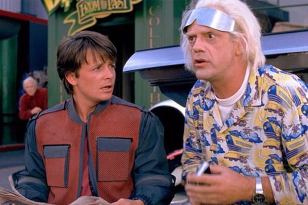 Michael J. Fox como Marty McFly e Christopher Lloyd como Doc Brown em 'De Volta para o Futuro 2' (Foto: Reprodução)