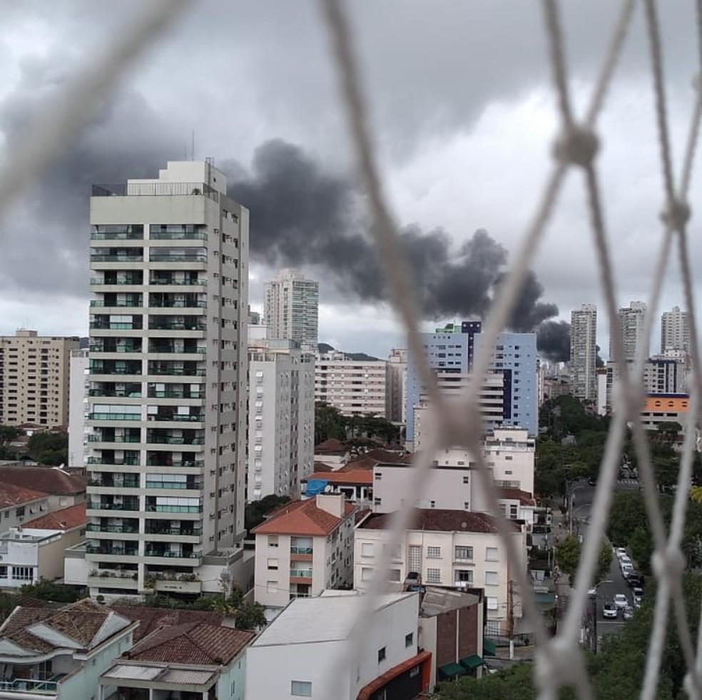Incêndio pôde ser visto em bairros de Santos, SP — Foto: Lais Modelli/G1