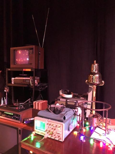 Detalhes dos anos 80 - televisão, vitrola e as luzes de natal peculiar da série