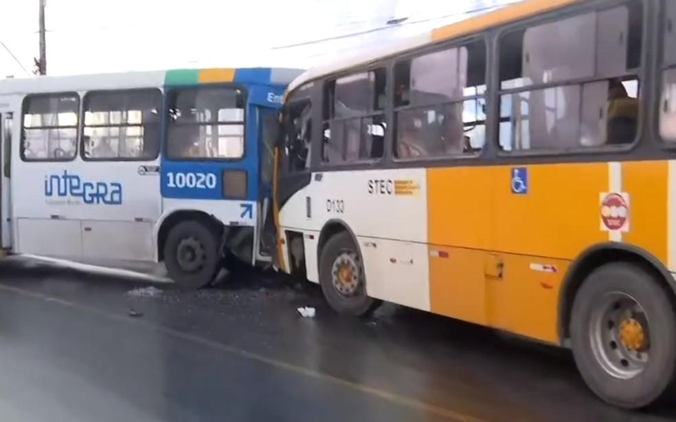 Ônibus invadiu o sentido contrário e bateu de frente com veículo do sistema de transporte complementar — Foto: Reprodução/TV Bahia