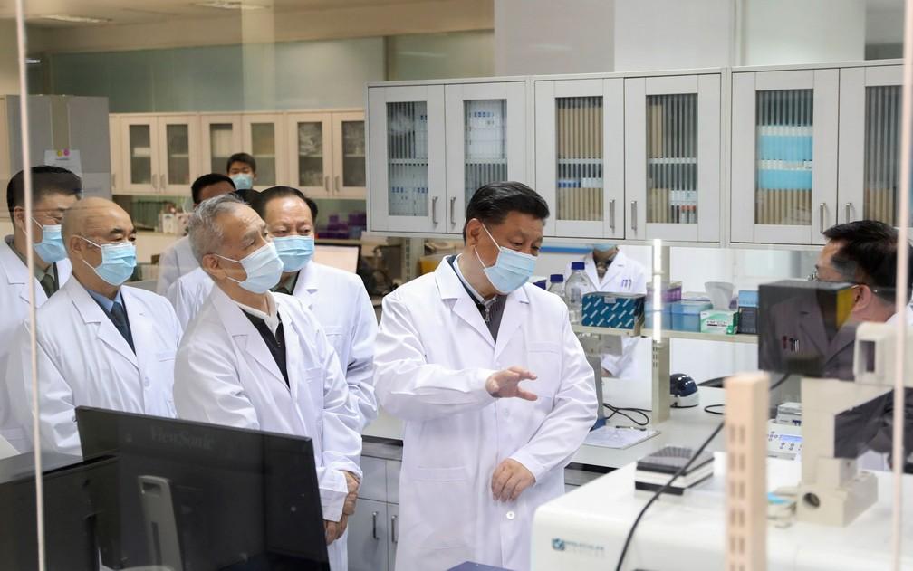 O presidente da China, Xi Jinping, visita a Academia Militar de Ciências Médicas de Pequim, e é informado sobre avanços nas pesquisas de vacina contra a Covid-19, em foto de 2 de março — Foto:  Ding Haitao/Xinhua via AP